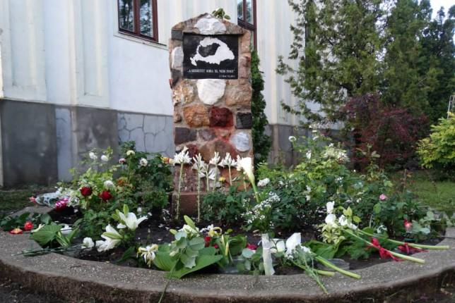 Az istentisztelet után a résztvevők elhelyezték az emlékezés virágait a református templom kertjében felállított emlékműnél.